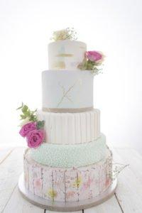 Tort weselny z różnymi piętrami
